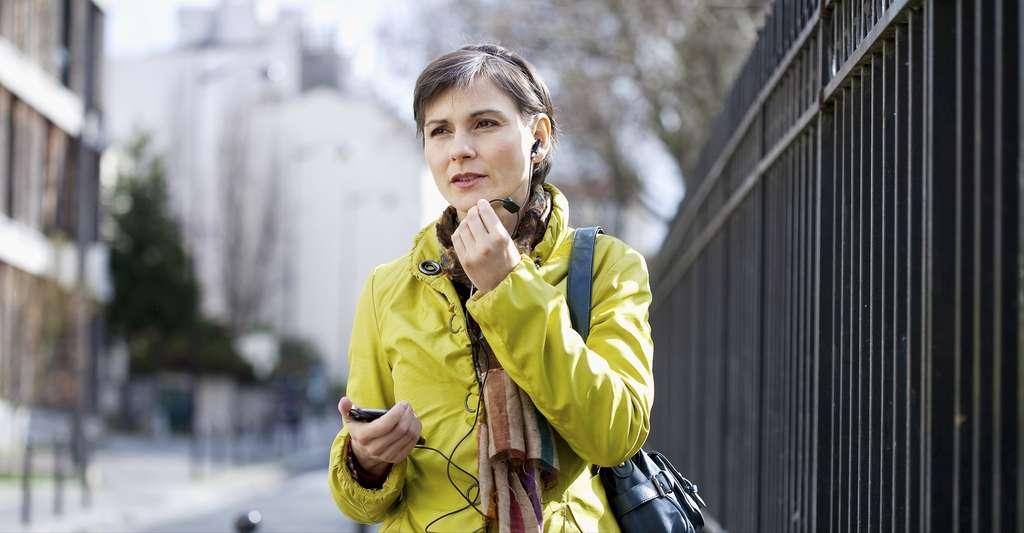 L'utilisation d'un kit mains libres est recommandée pour éviter d'approcher le téléphone du cerveau. © Image Point Fr, Shutterstock