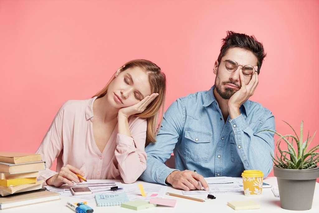 Selon l'étude, l'entrée dans le monde du travail entraînerait une baisse de l'activité physique (modérée ou intense) moyenne de sept minutes par jour. © Wayhome Studio, Adobe Stock