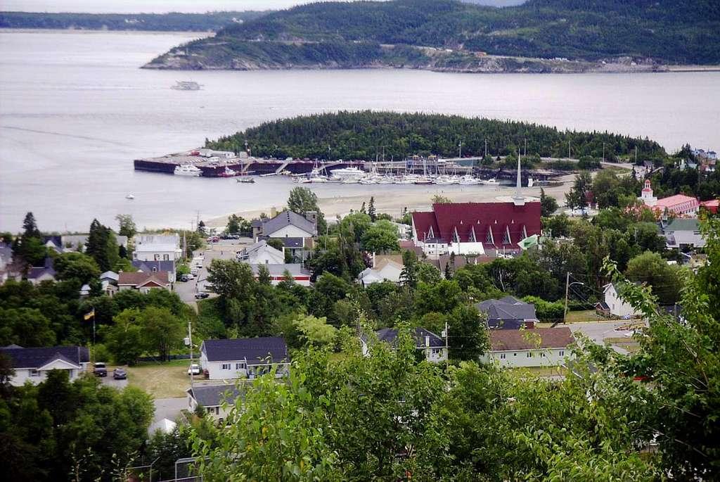 Tadoussac, au confluent du fjord du Saguenay et du fleuve Saint-Laurent. © Bodoklecksel, GNU 1.2