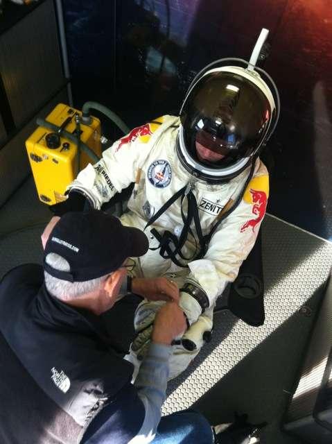 Préparation avant le saut. Felix Baumgartner a testé, à basse altitude, sa combinaison pressurisée. Elle lui sera indispensable dans la stratosphère où, vers 40 km d'altitude, la pression atmosphérique est plus faible que celle régnant à la surface de la planète Mars. © Felix Baumgartner