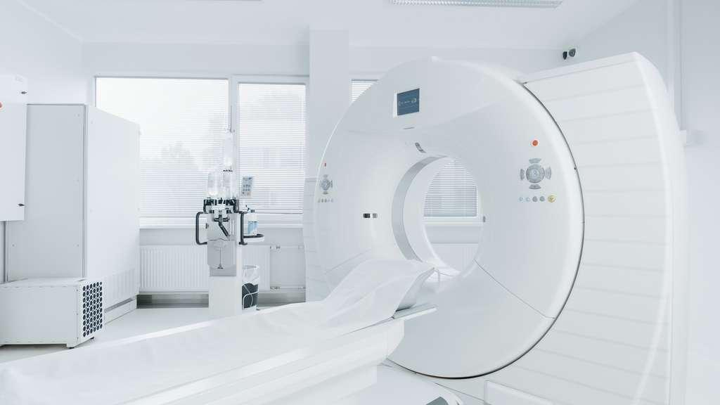 La TEP est une technique d'imagerie médicale qui consiste à injecter une solution avec un traceur radioactif pour le suivre dans le corps. © Gorodenkoff, Fotolia