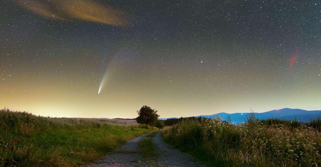 Sur cette photo d'une netteté incroyable prise depuis la Pologne, ce n'est pas que la comète Neowise a apparaît, mais aussi quelques nébuleuses et des milliers d'étoiles. © Jarek Oszywa, Nasa