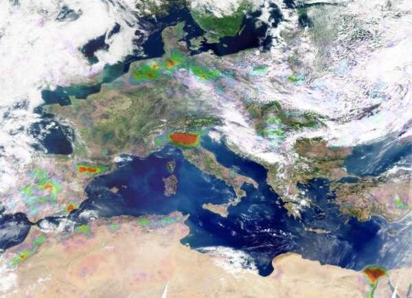 Distributions d'ammoniac en 2008 mesurées par le sondeur Iasi au-dessus de l'Europe, superposées à une image obtenue par l'instrument Modis. Du jaune au rouge, les couleurs indiquent des concentrations d'ammoniac de plus en plus fortes. Les structures blanches sont des nuages. © ULB/Latmos & image Modis : L. Gonzalez et C. Deroo (LOA et Université de Lille)