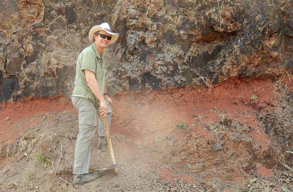 Mark Richards, lors d'un prélèvement d'échantillons de lave datant des éruptions des trapps du Deccan. © Paul Renne