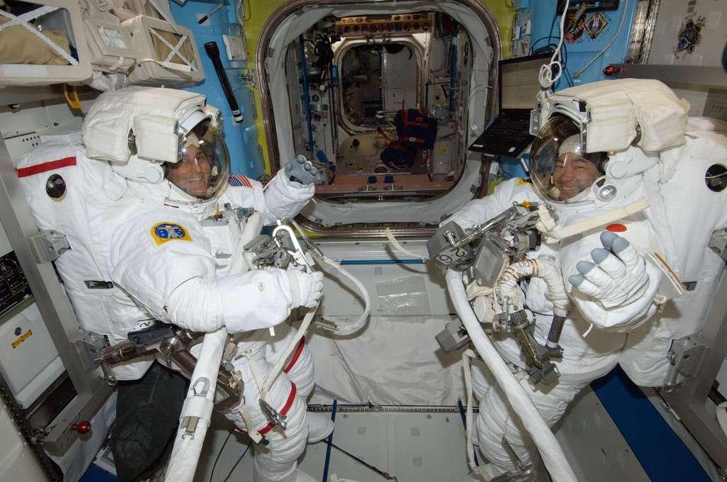 Préparation à une sortie dans l'espace pour deux astronautes à bord de l'ISS. Une mission longue durée d'un an y sera menée entre 2015 et 2016. © Nasa