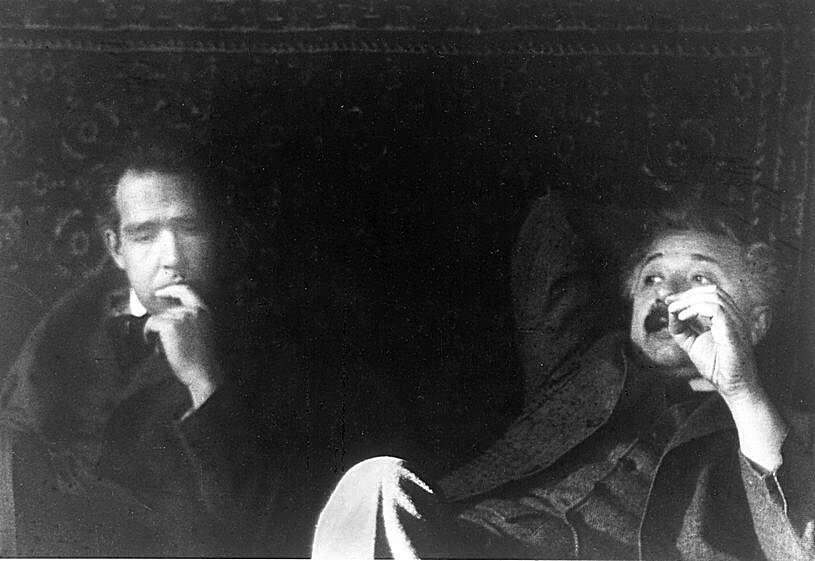 Niels Bohr et Albert Einstein en pleine réflexion sur la physique quantique, très probablement, chez Paul Ehrenfest. © DP