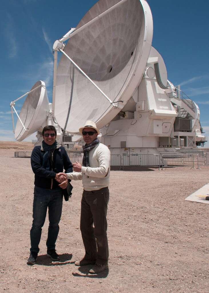 Vincenzo Giorgio (Thales Alenia Space, à gauche) nous a ouvert les portes d'Alma et fait visiter cet observatoire hors normes. © Rémy Decourt