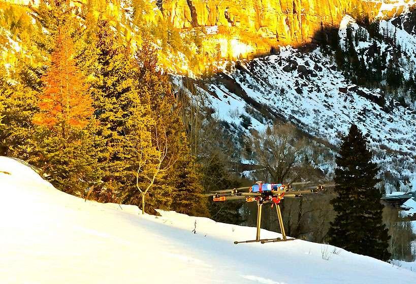 Évitant aux pisteurs des parcours fastidieux, les drones de Mountain Drones pourraient lâcher des charges de dynamite en des endroits précis, et ainsi dégager les zones à risque pour provoquer des avalanches contrôlées. © Mountain Drones