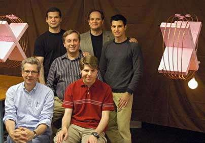 Premier rang en bas, Peter Fisher (gauche) et Robert Moffatt ; second rang: Marin Soljacic ; troisième rang : Andre Kurs (gauche), John Joannopoulos and Aristeidis Karalis (Crédit : MIT).