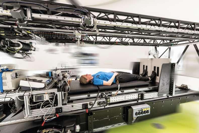 Les astronautes de l'ISS vivent en micropesanteur. Pour limiter la perte de masse musculaire et osseuse, ils s'exercent tous les jours pendant environ deux heures. Simuler une gravité artificielle par force centrifuge est une option pour améliorer le confort de vie et la santé des astronautes. Ici, un volontaire placé dans la centrifugeuse du DLR qui sera utilisée dans le cadre de l'expérience d'alitement AGBRESA (Artificial Gravity Bed Rest – European Space Agency). © DLR