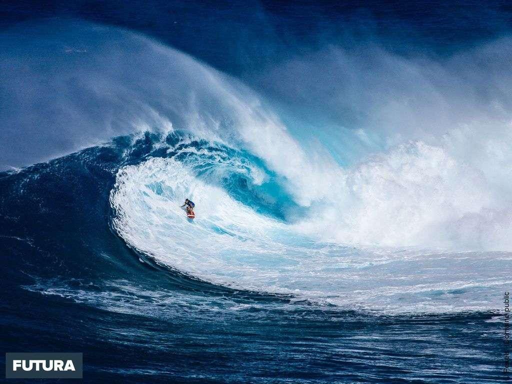 Le surf se pratique sur des « spots » : plages baignées par de grandes vagues propices à la glisse