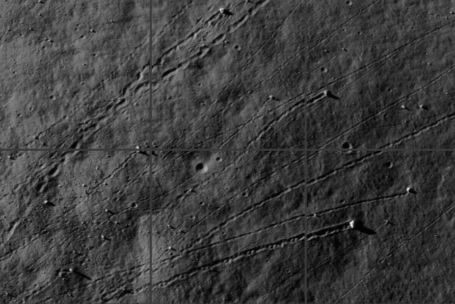 Les pentes des Alpes lunaires offrent d'étonnantes traces d'éboulements révélées grâce au programme Zooniverse. © Nasa/LRO/Moon Zoo