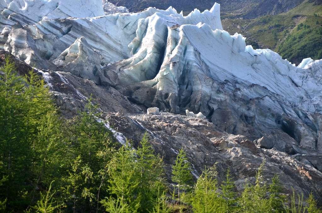 Une moraine latérale sur le bord du glacier des Bossons dans les Alpes. © Tony Fernandez, Flickr
