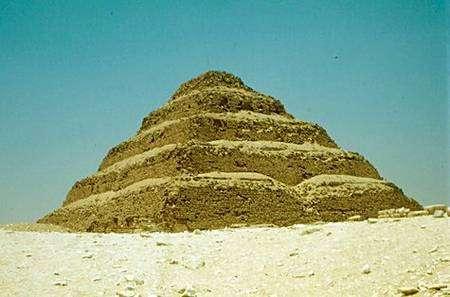 La pyramide de Djeser, à proximité du lieu de la découverte. Source Commons