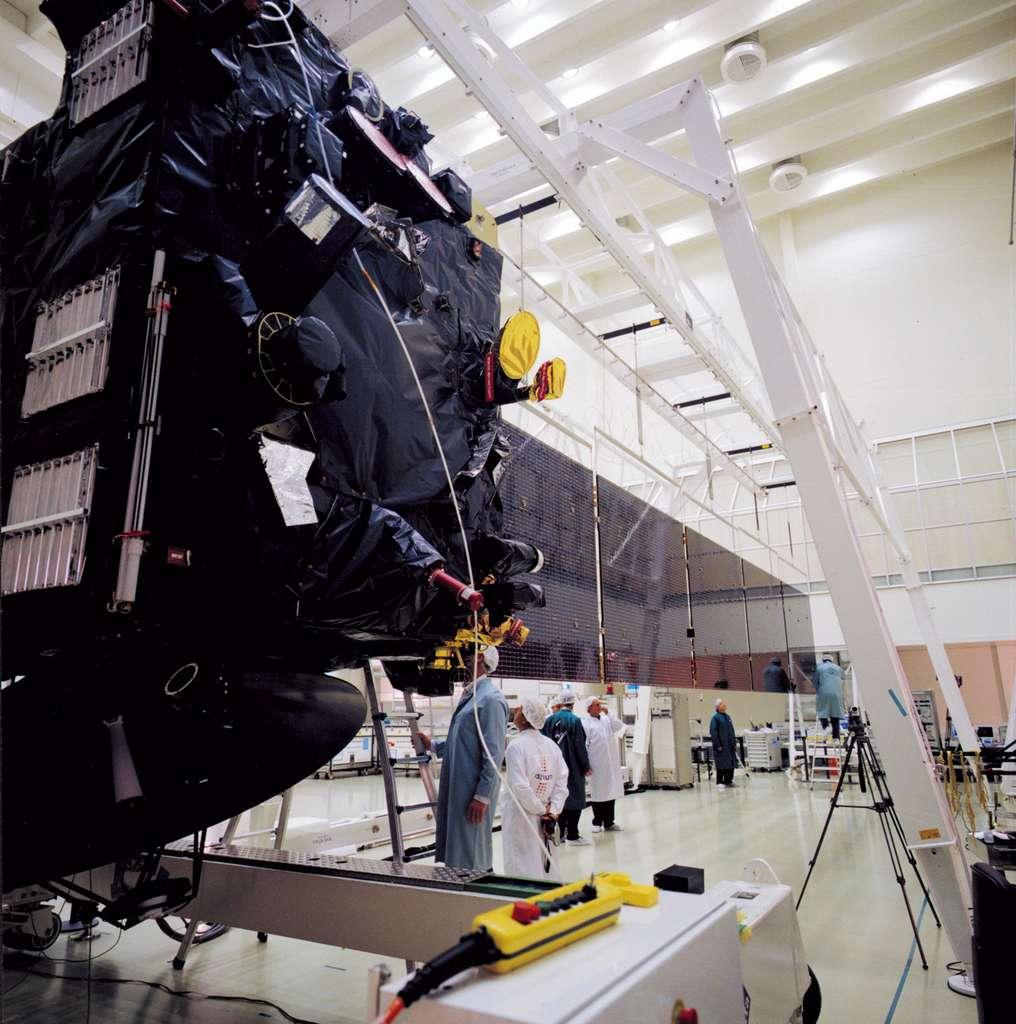 Essais de déploiement des panneaux solaires de la sonde Rosetta dans les locaux techniques de l'Agence spatiale européenne de l'Estec (Pays-Bas, mars 2002). Ces panneaux solaires ont une envergure d'environ 30 mètres. © Esa