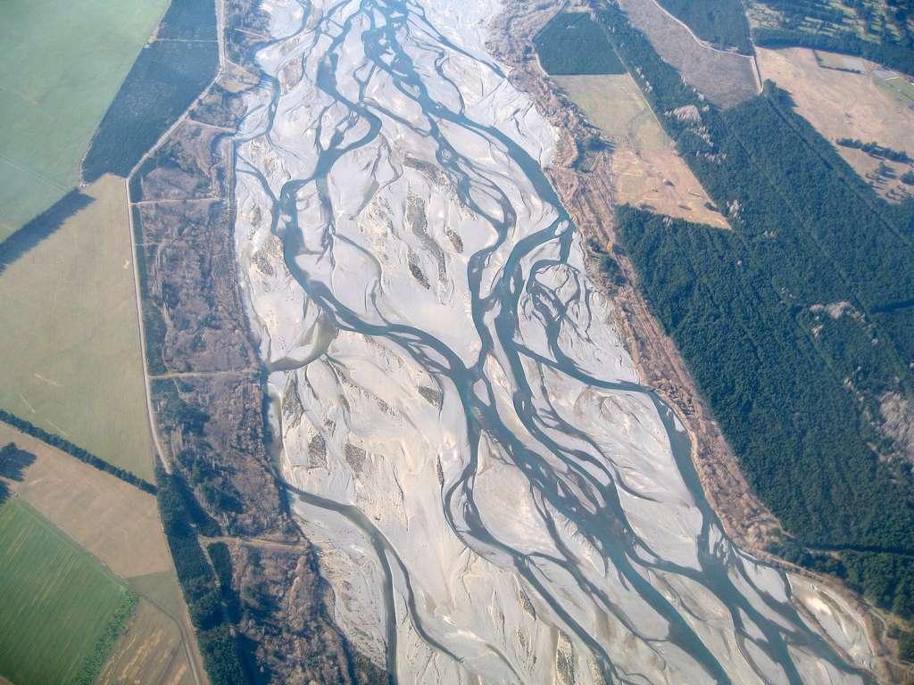 Vue aérienne des bras anastomosés de la rivière Waimakariri dans les plaines de Canterbury en Nouvelle-Zélande. © Greg O'Beirne, Wikimedia Commons, CC by-sa 3.0