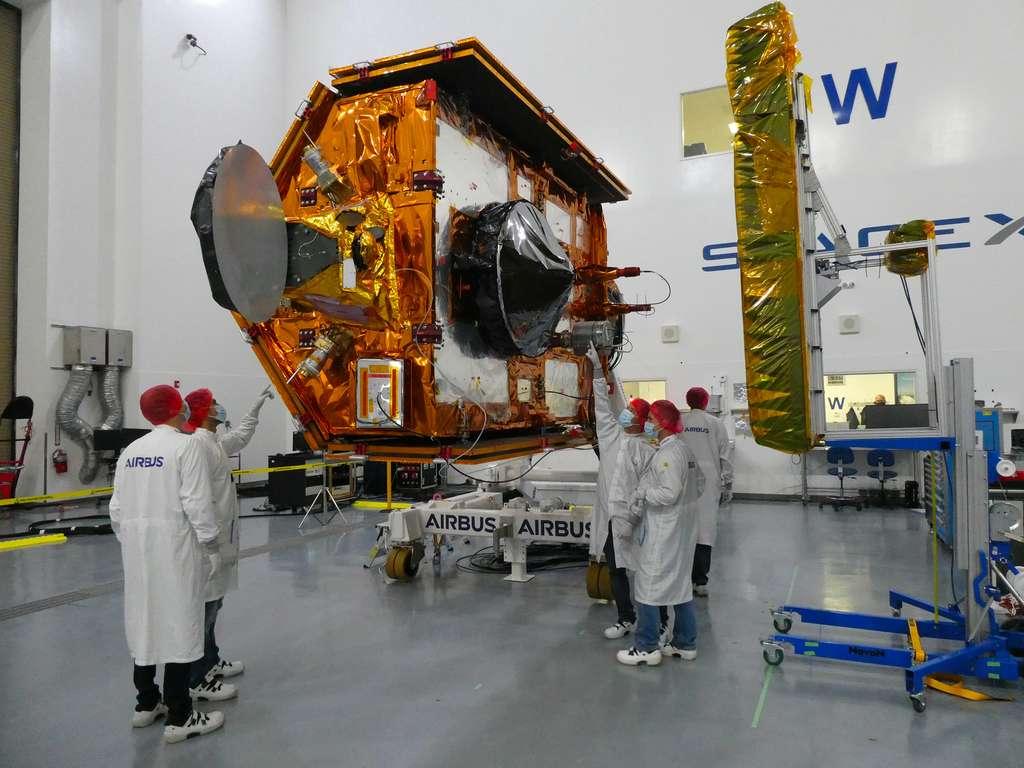 Le satellite Sentinel-6A Michael Freilich du programme européen Copernicus dans une des salles blanches de la base de l'US Air Force de Vandenberg en Californie, aux États-Unis. Sentinel-6 a été lancé le 21 novembre 2020 à bord d'un lanceur Falcon 9 de SpaceX. © ESA