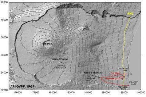 Cratère du Piton de la Fournaise. En rouge, les coulées de lave. En jaune, la route nationale n°2. Crédit IPGP.