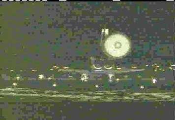 Atterrissage réussi ! On aperçoit le parachute de la navette déployé sur cette image. (crédit : NASA)