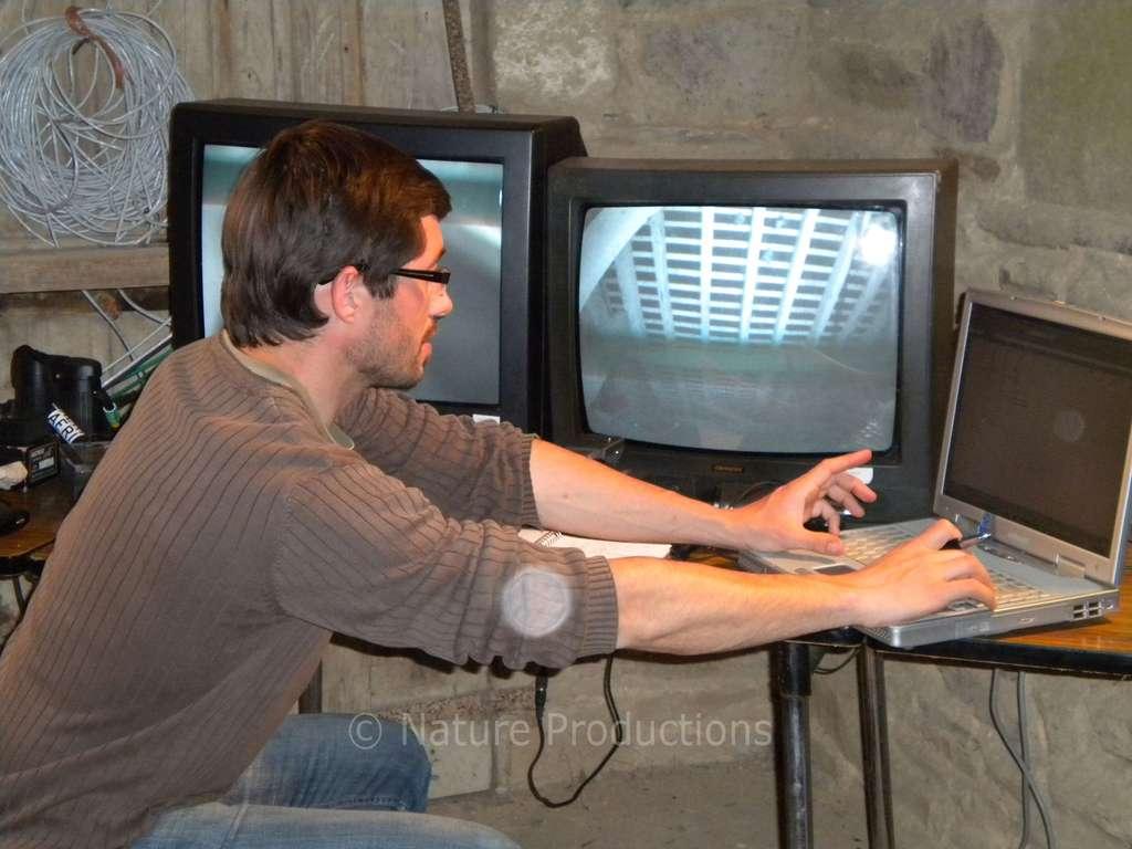 Pascal Provost en plein travail dans la crypte-régie de l'église où des chauves-souris ont élu domicile. © A. Reneville, DR