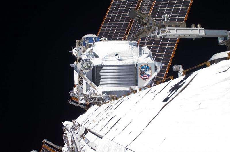 Le détecteur de rayons cosmiques AMS a rejoint l'espace via la navette spatiale Endeavour le 16 avril 2011. Il a été installé sur l'ISS et devait permettre de mesurer et de caractériser les flux de rayons cosmiques durant au moins dix ans. © Nasa