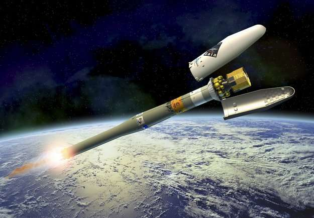 Une vue d'artiste de la séparation de la coiffe protégeant le satellite Gaia durant la phase atmosphérique du lancement. Les boosters latéraux (formant le premier étage) ont été largués, et c'est ici le deuxième étage qui pousse l'ensemble. © Esa
