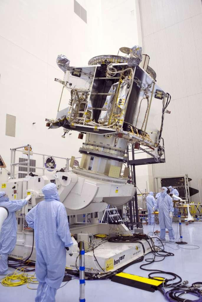 Jusqu'à ce que le shutdown ne les interrompe, les préparatifs de la sonde et du lanceur de Maven battaient leur plein. À l'image, la sonde lors d'essais dans les salles blanches du centre spatial Kennedy de la Nasa. © Nasa