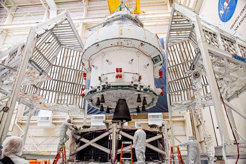 Le véhicule Orion de la Nasa avec, au premier plan, le module de service fourni par l'Agence spatiale européenne et construit par Airbus. Notez que le moteur principal du module a été récupéré sur une navette spatiale de la Nasa ! Il s'agit d'un des deux moteurs de l'Orbiting Maneuvering System, que les navettes utilisaient pour leurs manœuvres orbitales. © Nasa