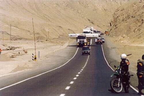 Transport de miroirs dans le désert d'Atacama. © Reproduction et utilisation interdites