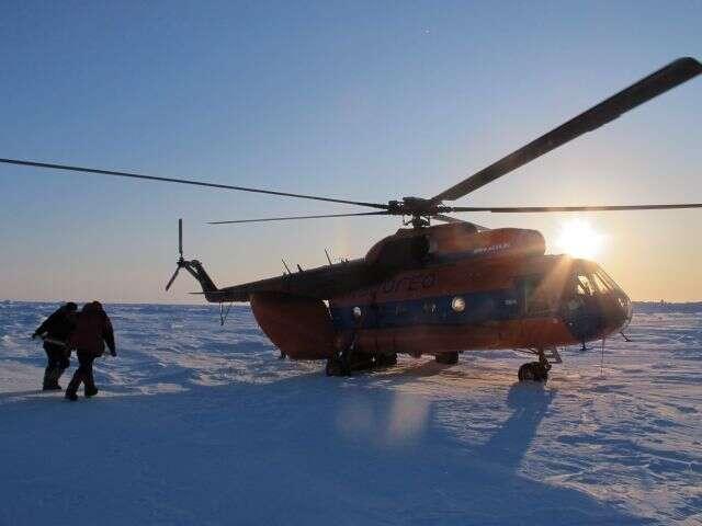 5 avril 2012 : un hélicoptère russe MI-8 assiste Alan Le Tressoler et Julien Cabon au pôle Nord géographique. © Pôle Nord 2012