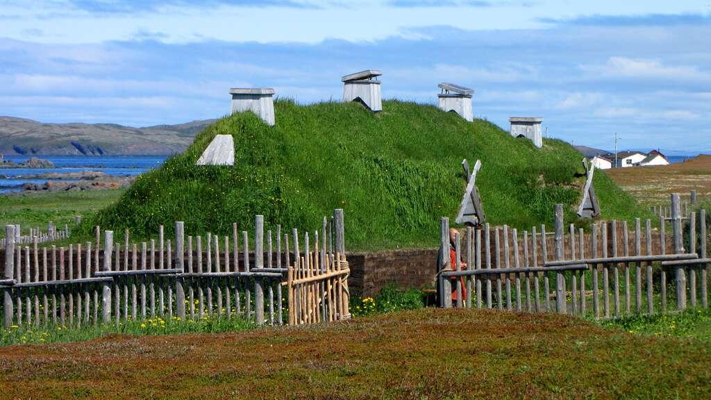Longère viking reconstituée à L'Anse aux Meadows, Terre-Neuve, Canada. © Wikimedia Commons, domaine public.