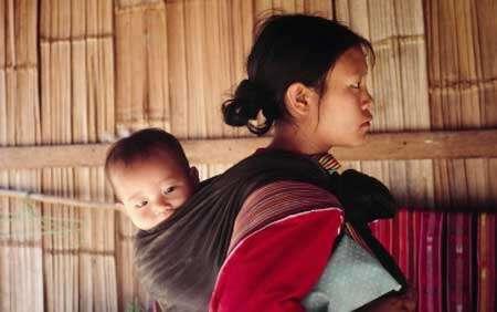 Un enfant, dès sa naissance, porte déjà un très lourd héritage chimique.© WWF Canon - James.W Tharsell