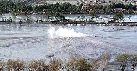 De la boue à haute température jaillit du sol, accompagnée de gaz toxiques (Crédits : Eka Dharma/Getty)