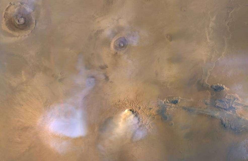 Photo de la surface de Mars. Le nuage jaune est une tempête de poussière locale tandis que les nuages gris sont de la vapeur d'eau. © Nasa, JPL-Caltech
