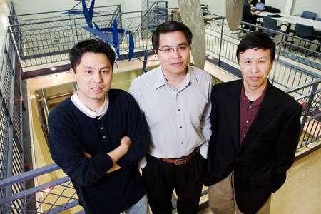 De gauche à droite, Yang Xiang, professeur de physiologie moléculaire et intégrative, Min-Feng Yu et Ning Wang, tous deux professeurs en ingéniérie mécanique. Crédit : University of Illinois, Urbana-Champaign