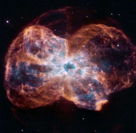 Observée en fausses couleurs par l'instrument WFPC 2 de Hubble ; la nébuleuse NGC 2440 montre un nuage de gaz et de poussières qui s'étend sur une année-lumière. Au centre, on repère la naine blanche, reste de l'étoile qui a explosé. Le nuage présente une structure chaotique et irrégulière : l'étoile a connu plusieurs explosions qui ont éjecté de la matière dans différentes directions et sculpté des colonnes de poussières. La couleur rouge montre l'azote et l'hydrogène, le bleu l'hélium, le vert l'oxygène. Crédit : ESA/K. Noll (STScI).