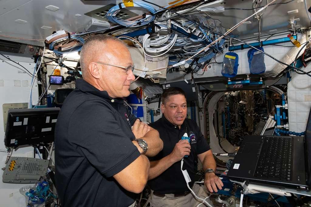 Les astronautes de SpaceX, Doug Hurley (au premier plan) et Bob Behnken, lors du débriefing de leur vol à bord du Crew Dragon. © Nasa