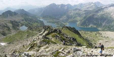 Vue du Col de Madamette sur les lacs d'Aumar et d'Aubert dans le massif du Néouvielle. En second plan, de droite à gauche, le Pic de Campbielh, le massif des Halharisès, le chainon Pic d'Estaragne, Pic Méchant, Bugatet. En arrière plan, de droite à gauche le Pic d'Aret (vallée d'Aure) et le massif des Gourgs-Blancs (massifs de Luchon et du Louron).
