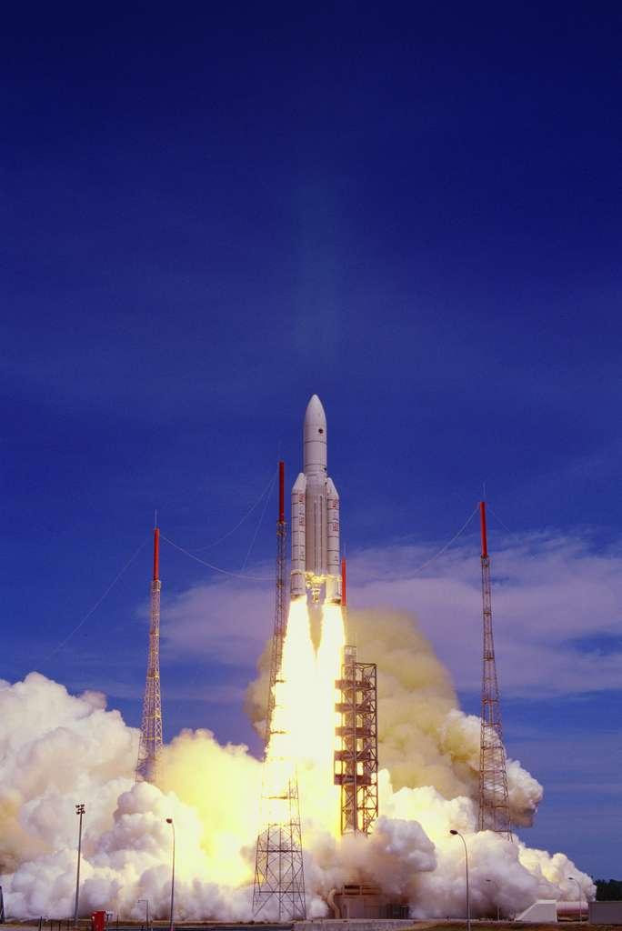 Dire que lors de son deuxième vol, en octobre 1997, Ariane 5 était seulement capable de transporter 5,8 tonnes en orbite de transfert géostationnaire (GTO pour Geostationary transfer orbit en anglais), contre plus de 10 tonnes aujourd'hui. Depuis son entrée en service, elle a constamment été améliorée, avec notamment un nouveau Vulcain (moteur-fusée) et un nouvel étage supérieur. © ESA, Cnes, Arianespace, CSG