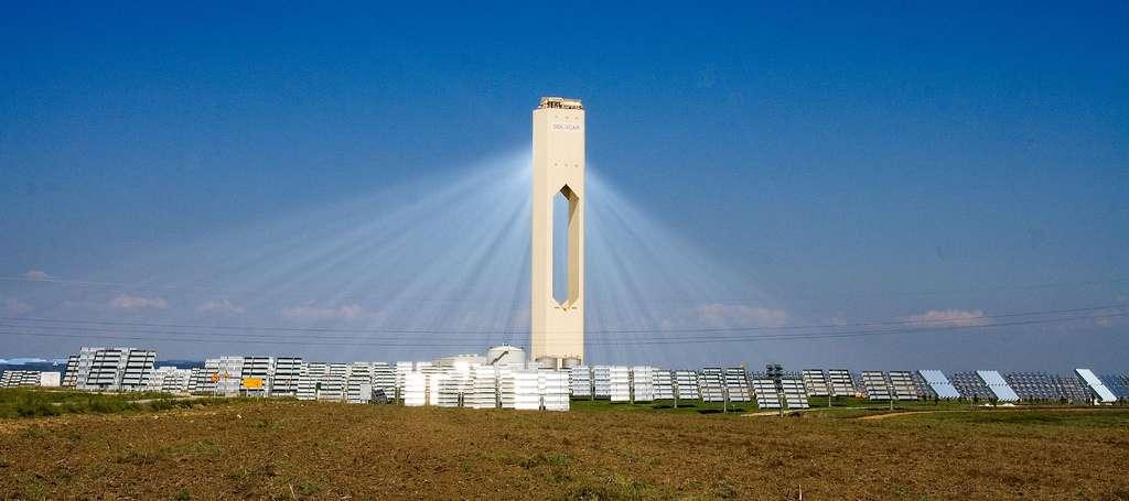 Première tour solaire commerciale d'Europe (2007) située près de Séville, en Espagne. La poussière de l'air rend ici la lumière convergente visible. © Afloresm, CC by 2.0