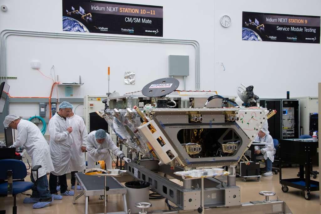 Les satellites Iridium Next sont tous fabriqués dans la même salle blanche de l'usine d'Orbital ATK à Gilbert, en Arizona. Le processus de production inclut un système d'assemblage unique, constitué de 18 différents postes de travail allant des tests d'échantillons et de charges utiles à la complète intégration du satellite. À l'image un satellite au poste de travail 10 et 11. © Rémy Decourt