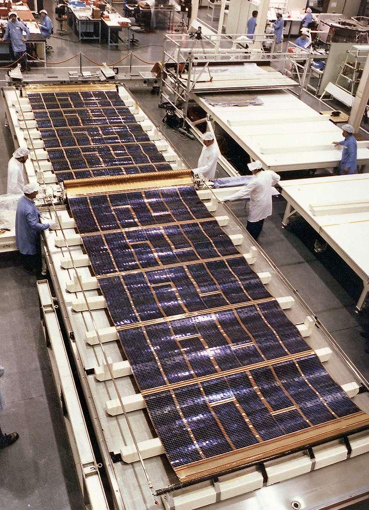 Test de déploiement des panneaux solaires du télescope spatial Hubble (1985). Ces panneaux solaires sont une des deux contributions de l'Agence spatiale européenne au programme. Ils seront remplacés pour la troisième fois en mars 2002 lors de la seconde partie de la troisième mission de service. © ESA, Nasa