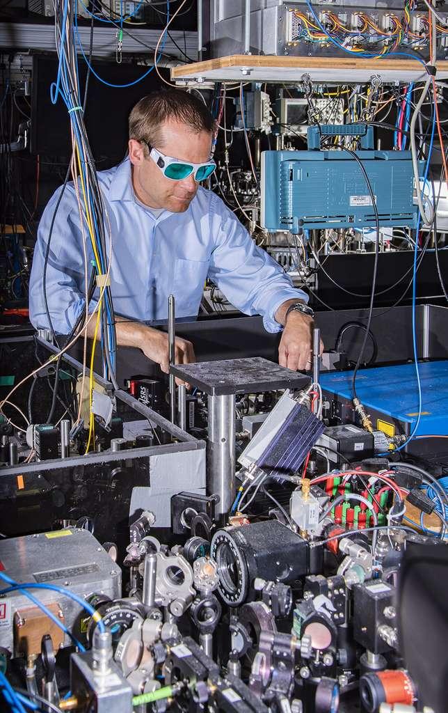 Les physiciens du National Institute of Standards and Technology (NIST – États-Unis) ont enregistré de nouveaux records de performances pour une horloge atomique. Les systèmes laser utilisés dans leurs horloges sont visibles à l'avant-plan et l'appareil principal de l'une des horloges en arrière-plan. © Burrus, NIST