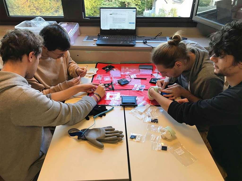 Membres d'IPSA One du pôle OBC réalisant le montage d'un CubeSat 1U éducatif du Cnes. © Anne-Charlotte Perlbag