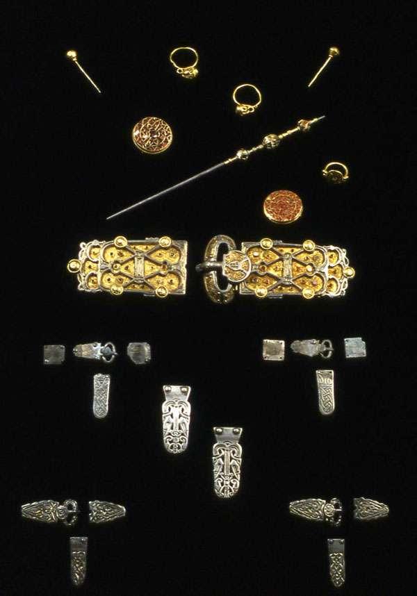 Fig. 5 - Bijoux et parures découverts dans la tombe d'Arégonde. © DR