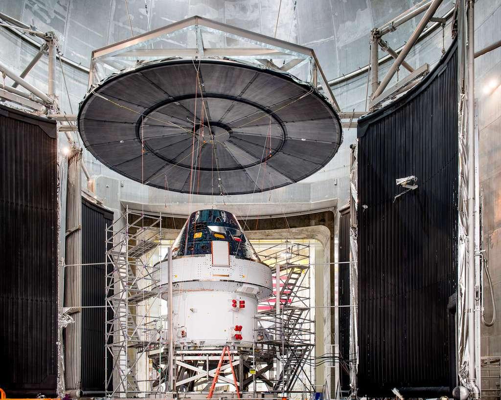 Le véhicule Orion de la Nasa préparé lors de ses essais de vide thermique. Il est ici vu devant l'entrée de la chambre de vide thermique de Plum Brook Station du Centre de recherche Glenn de la Nasa, située à Sandusky, Ohio. © Nasa