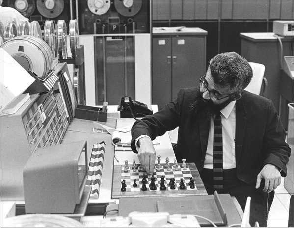 John McCarthy aux prises avec des ordinateurs joueurs d'échecs russes, en 1966. Les travaux de cet Américain, qui a étudié les notions d'arbres des cas possibles et de leur élagage (c'est le terme) ont beaucoup contribué à l'efficacité des logiciels capables de jouer à ce jeu. © Chuck Paintner/ Stanford University