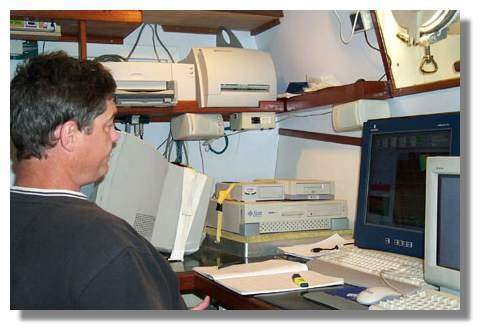 Bernard Pelletier à bord du navire océanographique Alis surveille en temps réel l'enregistrement des cartes des fonds sous-marins © IRD/G. Cabioch.IRD
