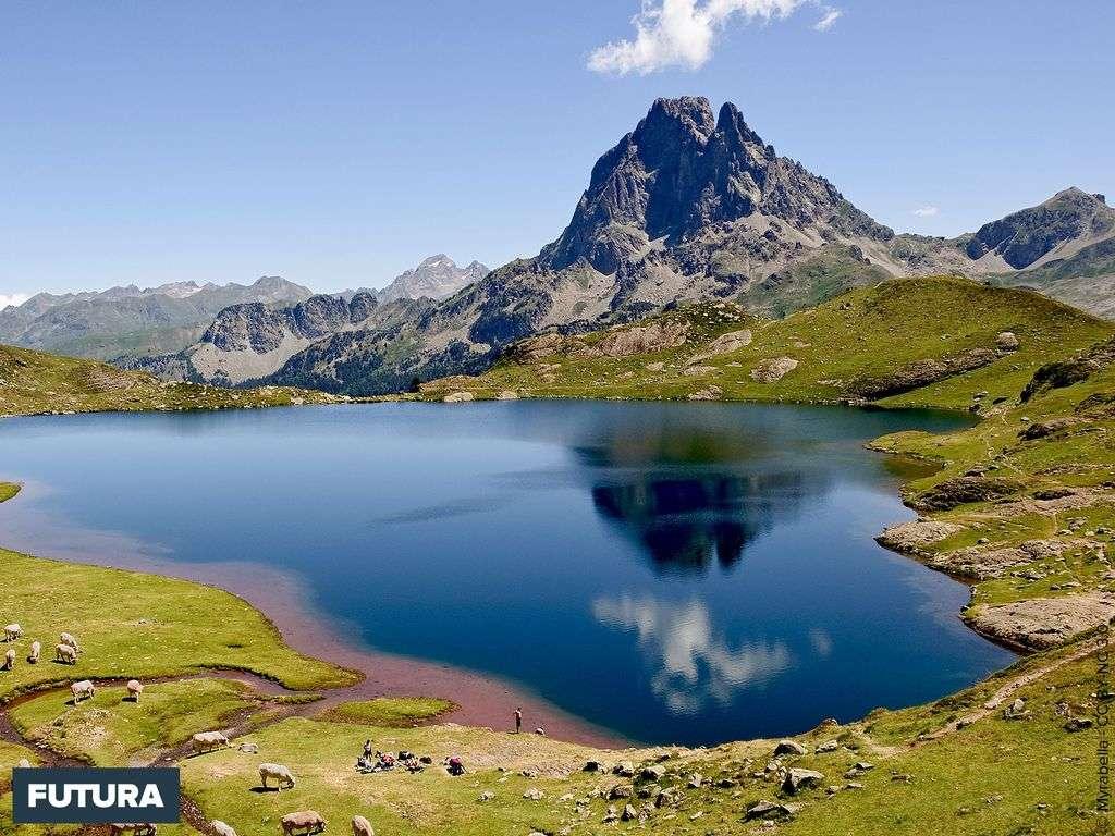Le lac Gentau reflétant le pic du Midi d'Ossau - France