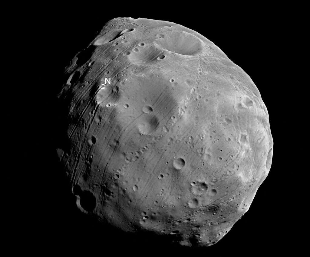 Phobos ressemble aux météorites à chondrites carbonées que l'on sait provenir des régions les plus éloignées de la ceinture d'astéroïdes. Ce qui laisse à penser qu'il ne s'est pas formé en même temps que Mars ni à partir des mêmes matériaux. © Esa /DLR/FU Berlin (G. Neukum)
